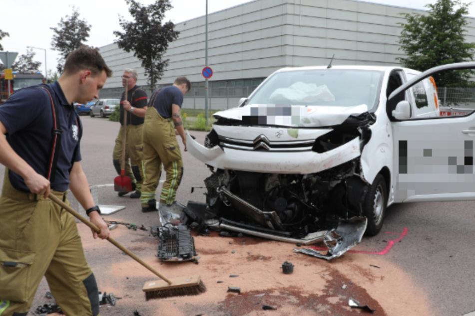 Kleinbus mit acht Kindern kollidiert mit Transporter: Zehn Verletzte!