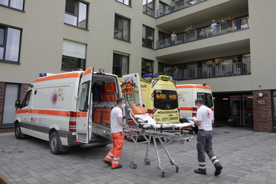 """Am Sonnabend brachten Helfer bettlägerige Senioren vorsorglich ins Klinikum - hier aus der Seniorenresidenz """"Am Kirschhof""""."""