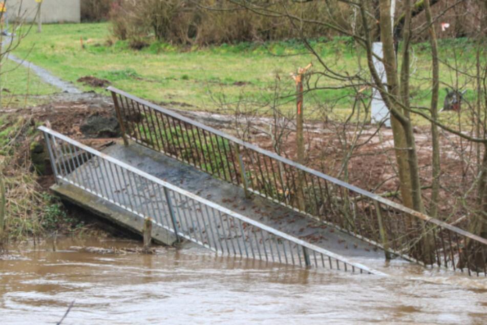 Der Mittelpfeiler der Brücke sei offenbar unterspült worden, so die Vermutung. (Archiv)