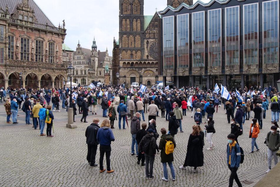 Die Polizei sicherte die Kundgebung auf dem Bremer Marktplatz.