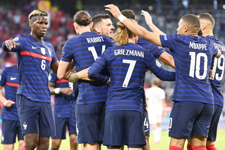 Frankreichs Spieler bejubeln die Führung.