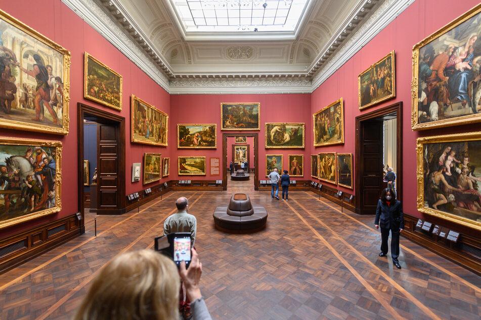 Besucher betrachten in der Gemäldegalerie Alte Meister Bilder. Die Gemäldegalerie Alte Meister in Dresden öffnet am Freitag wieder für Besucher.