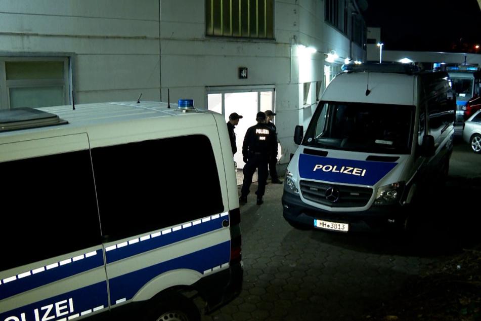 Razzia in Bordell: Einsatzkräfte kontrollieren Prostituierte