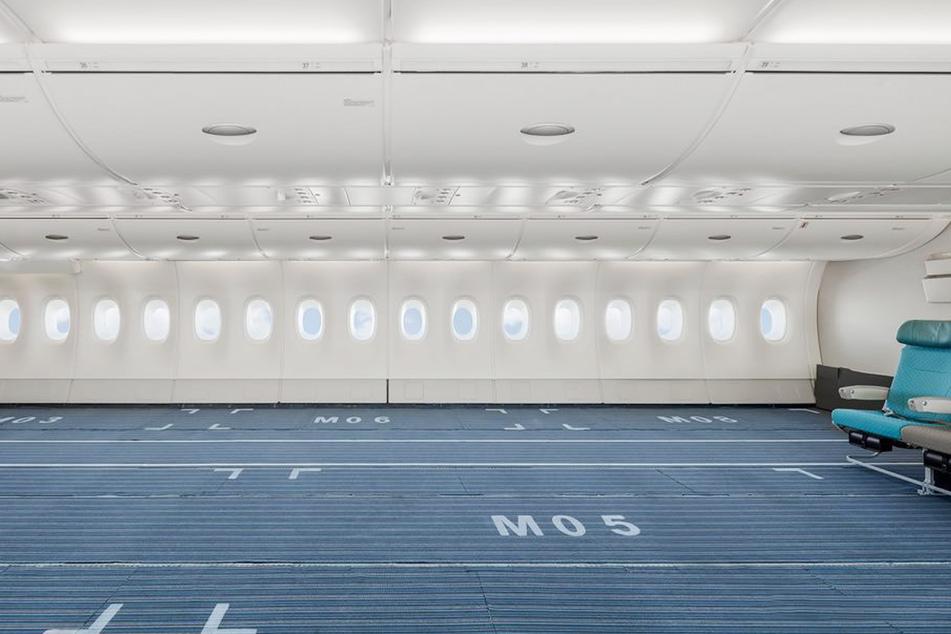 Fast alle Stühle wurden im Frühjahr aus dem Jumbo-Jet entfernt, um so viel Fracht wie möglich transportieren zu können.