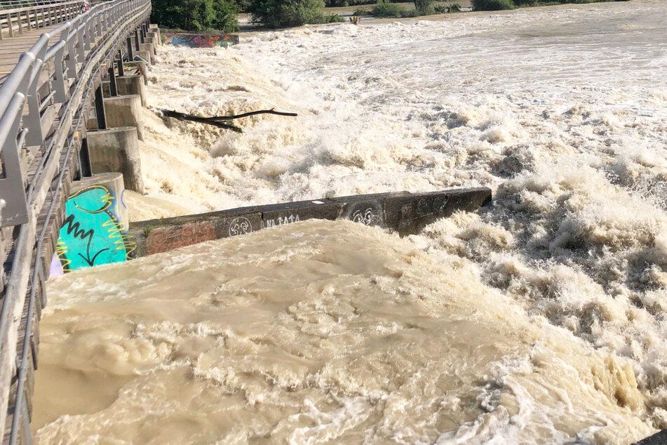 Es besteht Lebensgefahr! Wegen des Hochwassers sind Baden und Bootfahren an der Isar in München vorerst verboten.