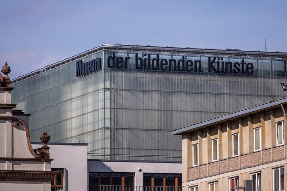 Teenager-Bande schlägt Scheiben vom Museum der bildenden Künste ein