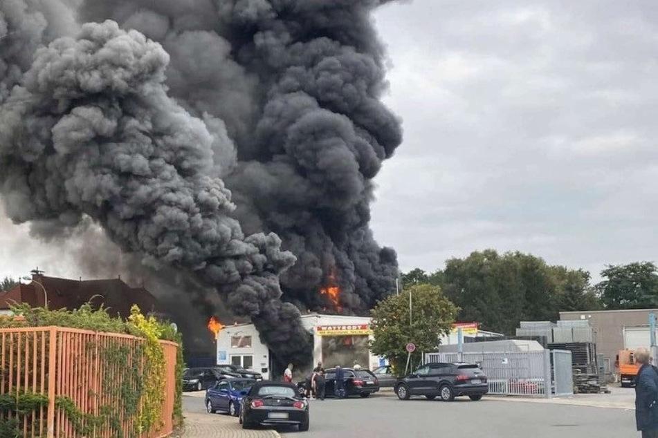 Eine schwarze Rauchwolke war über der in Vollbrand stehenden Autowerkstatt in Langenfeld aufgestiegen.