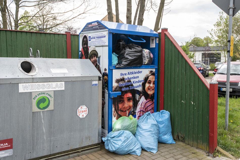 Viele Kleidercontainer im Stadtgebiet quellen über - die Betreiber der beiden Kleiderkammern klagen dagegen über fehlenden Nachschub.