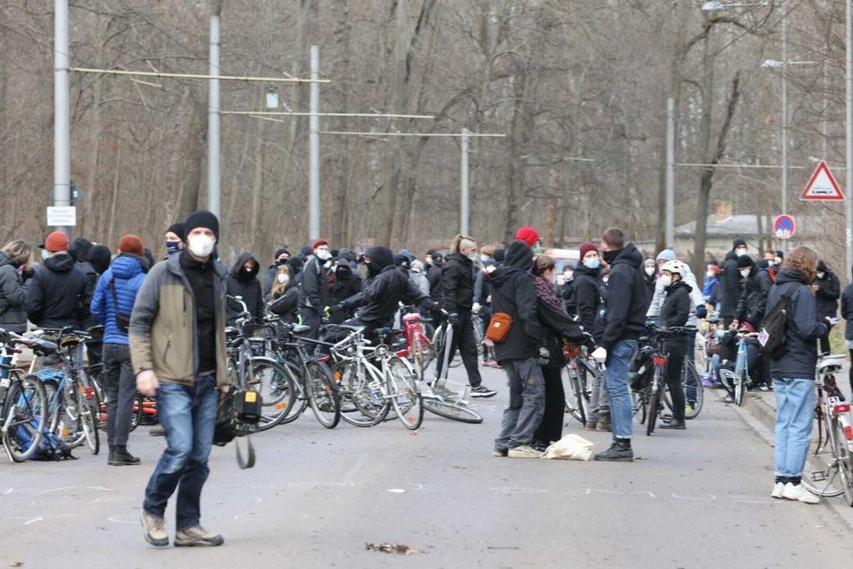 Zahlreiche Gegendemonstranten mit Fahrrädern hatten sich auf der Waldstraße positioniert.