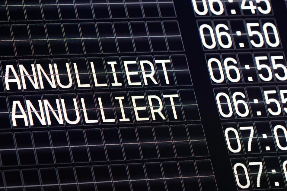 Köln: Eine Anzeigetafel auf dem Flughafen zeigt annullierte Flüge der Fluggesellschaft Germanwings.