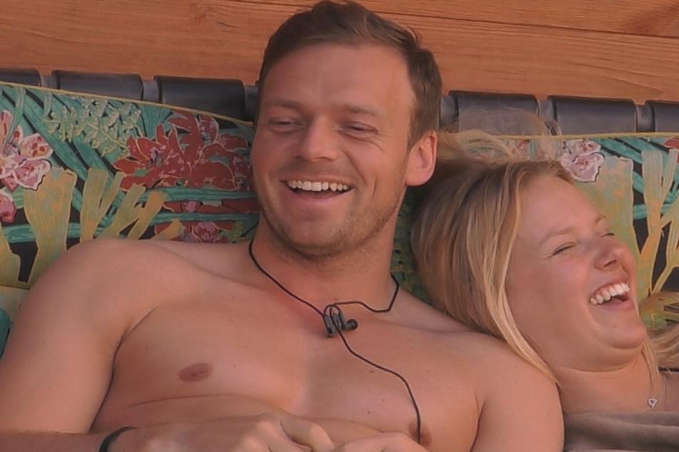 Philipp (30) und Rebecca (21) beim Turteln.