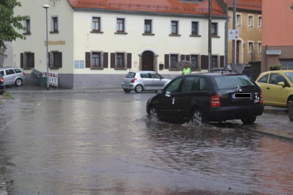 Autofahrer kämpfen sich in Bautzen durch die Wassermassen.