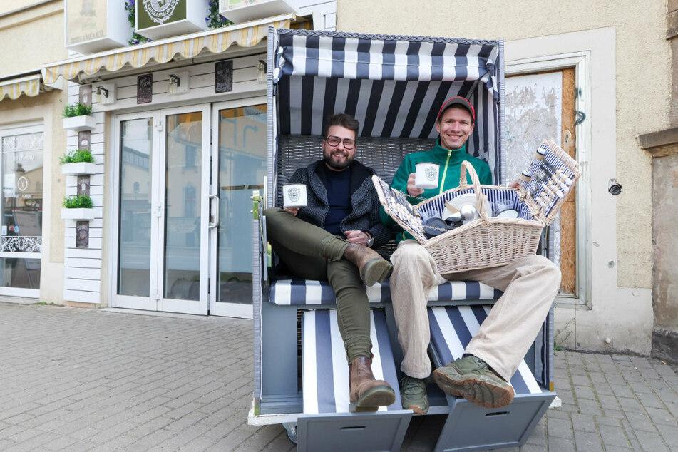 """Manuel Klötzer (39, li.) und Maik Niepraschk (37) gründen das Café """"Mahlgrad 156"""". Neben Kaffee-Spezialitäten und Stullen mit Storys wollen sie einen Picknickkorb-Service anbieten. Klötzer: """"Die Körbe werden von uns nach Kundenwunsch befüllt und verliehen."""""""