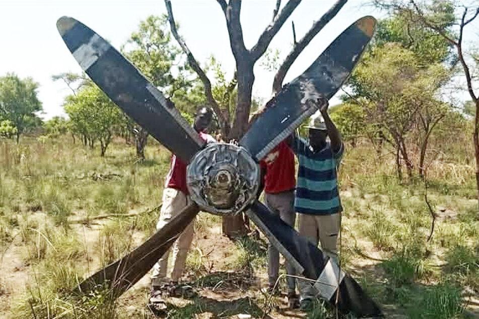 Der Propeller krachte auf den Boden und blieb nahezu unversehrt, wie diese Bauarbeiter präsentierten.