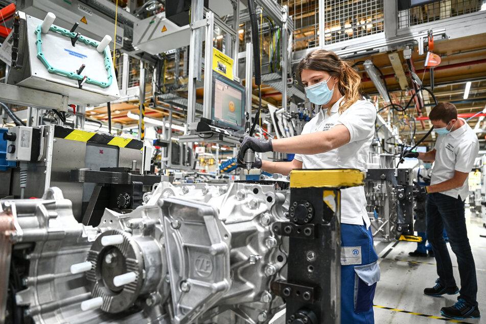 Unternehmen der Automobilindustrie in Sachsen sehen ihre Geschäfte durch die Corona-Krise massiv beeinträchtig. (Symbolbild)