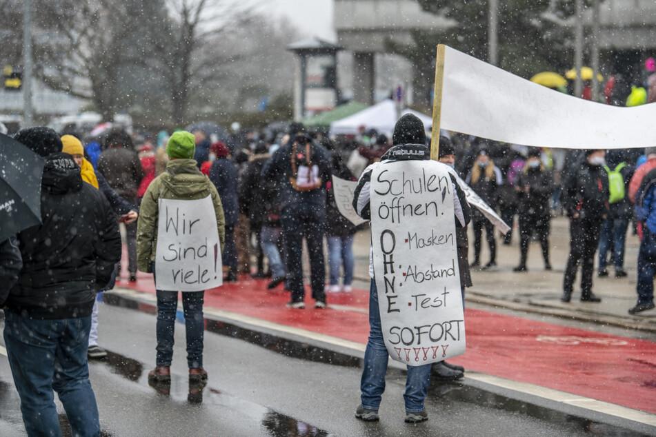 Die Teilnehmer schrieben ihre Forderungen auf Plakate - wie hier die Öffnung von Schulen.