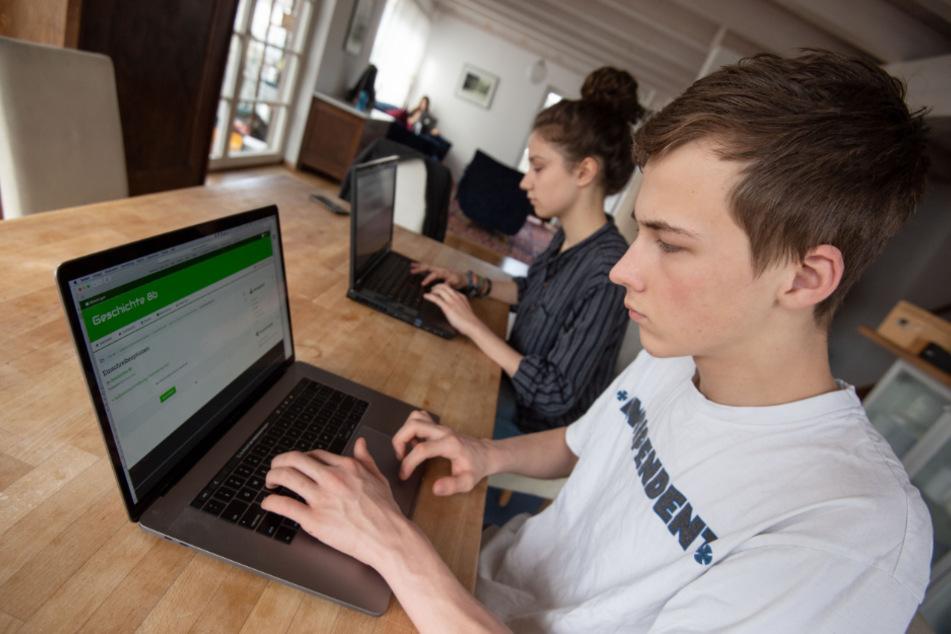 Ein Schüler bedient an einem Laptop die Lernplattform Moodle.