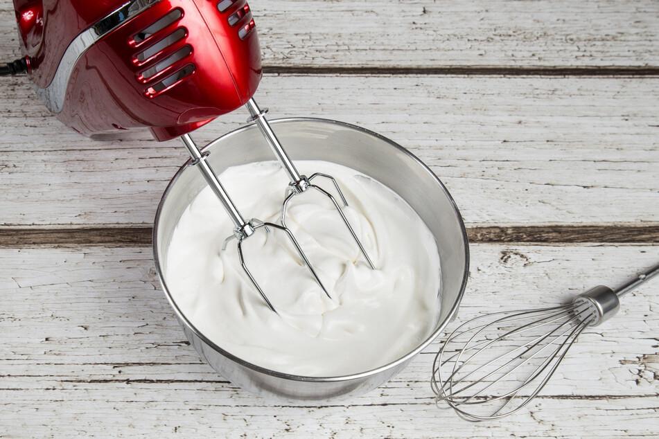Das A und O beim Sahne steif schlagen sind eine gut gekühlte Schlagsahne und saubere Küchengeräte.
