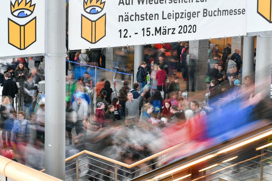 Ein Plakat weist in den Messehallen auf die Leipziger Buchmesse vom 12. bis 15. März 2020 hin. Sie fiel ersatzlos aus.