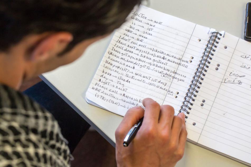 Flüchtlinge aus Syrien lernen in einem Bildungszentrum Erfurt in einem 320-stündigen Einstiegskurs die deutsche Sprache. Bis 2020 konnte rund 7500 Migranten die deutsche Sprache näher gebracht werden. (Archivbild)
