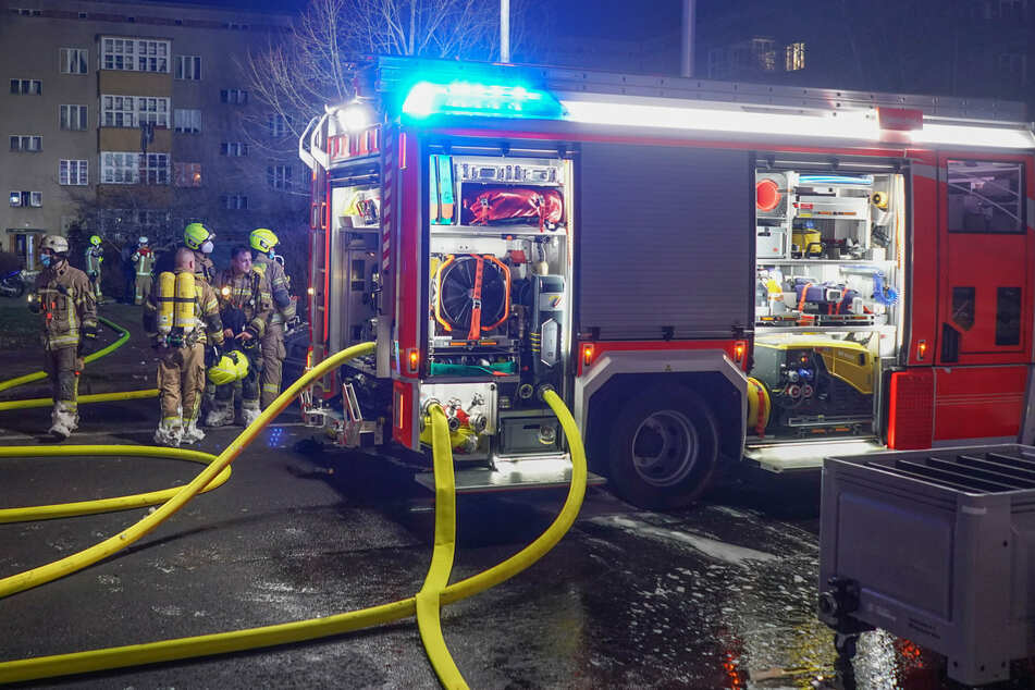Berlin: Feuerwehreinsatz in Berlin-Spandau: Zwei Autos und ein Anbau in Flammen