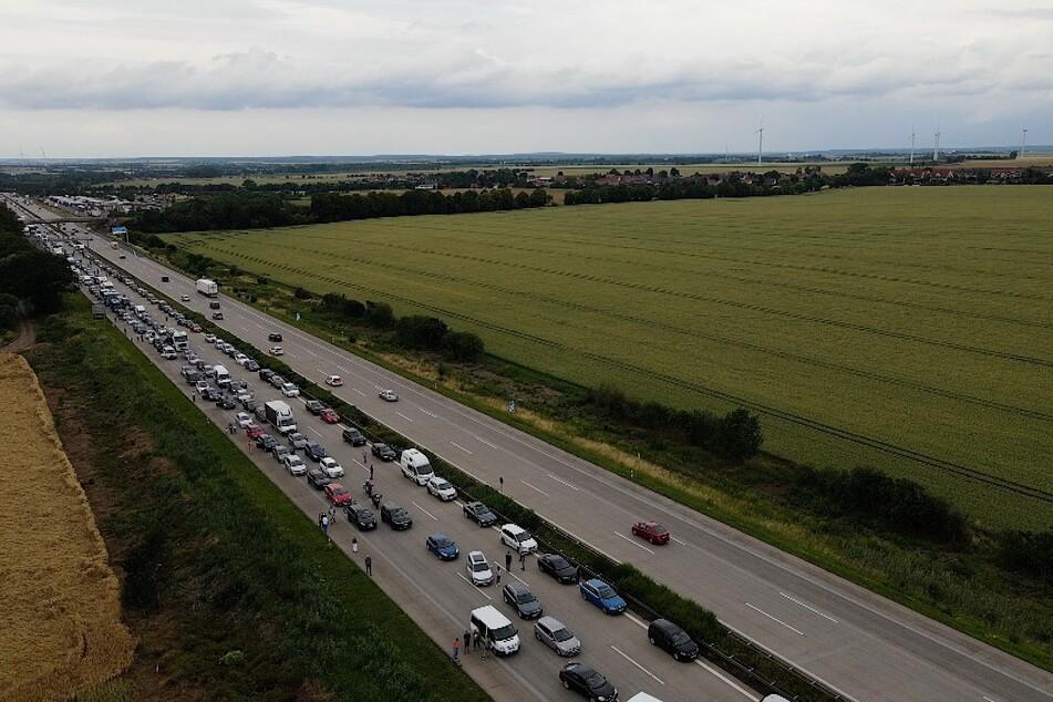 Stau auf der A2: Autofahrer steigen aus ihren Wagen aus.
