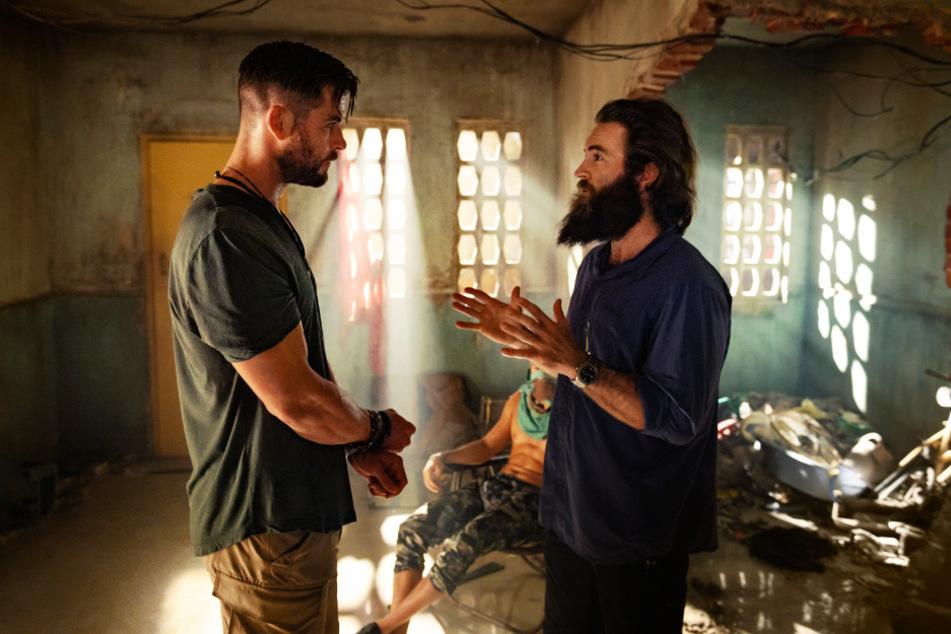 Chris Hemsworth beim Dreh mit Regisseur Sam Hargrave (r.).