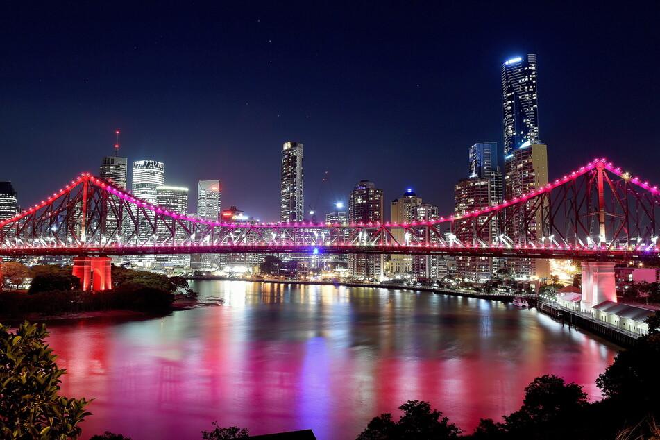 Die Story Bridge und die Skyline von Brisbane. In der australischen Metropole werden 2032 die Olympischen Spiele ausgetragen. (Archivbild)