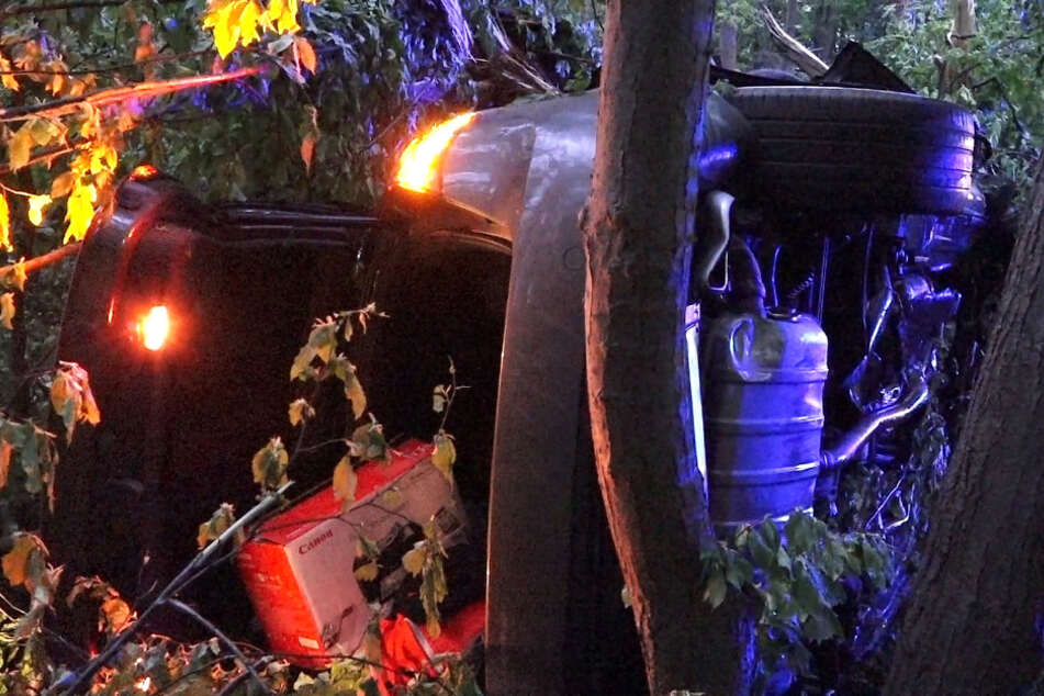 Schwerer Autobahn-Unfall: Porsche mit Familie an Bord kracht in Wald und fängt Feuer