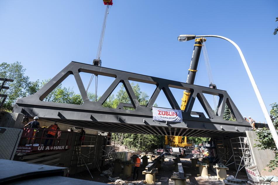 Drahtseilakt in luftiger Höhe: Zwei Spezialkräne hievten die neue Eisenbahnbrücke, die nun über der Olbernhauer Straße schwebt, an Ort und Stelle.