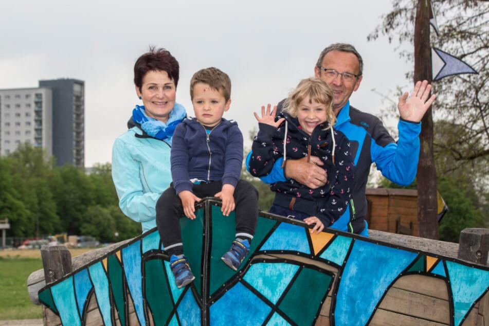 Andrea Hauswald (60) mit Ehemann Bernd (68) und ihren Enkeln Maja (6) und Toni (2). Groß und Klein freuen sich über die Wiedereröffnung.