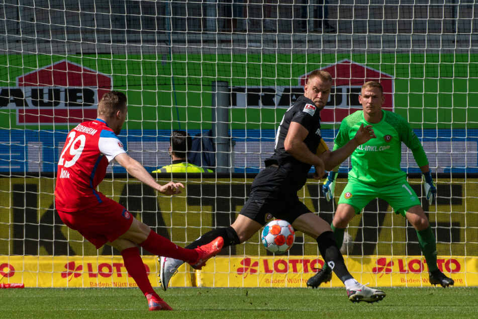 Tobias Mohr setzt sich prima durch und zieht den Ball an Sebastian Mai (schwarzes Trikot) und Kevin Broll vorbei ins Tor.