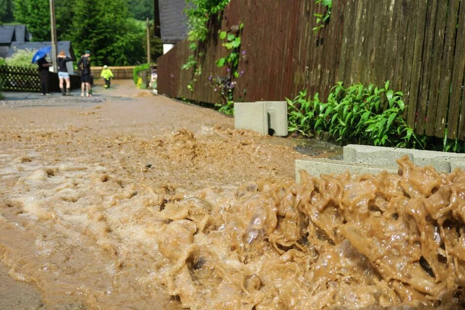 Erzgebirge: Unwetter verwandelt Straßen in reißende Flüsse!