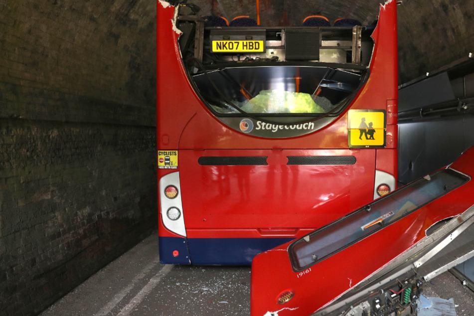 Doppeldecker-Bus rammt Eisenbahnbrücke: Mehrere Schüler verletzt!