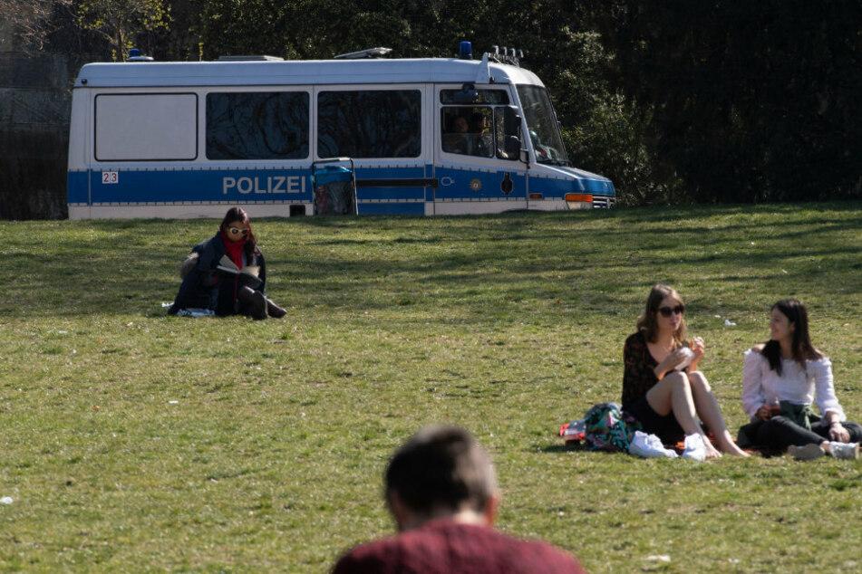 Berlin: Polizei macht Corona-Ansprache mit Megafon: Die Reaktion der Parkbesucher überrascht