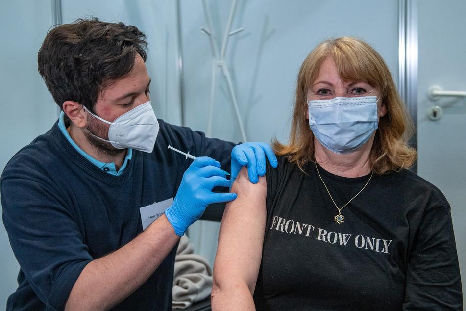 Jannik Winckler, Impfarzt im Impfzentrum Leipzig, impft Petra Köpping (62, SPD), Gesundheitsministerin in Sachsen, mit dem Impfstoff von AstraZeneca gegen das Coronavirus.