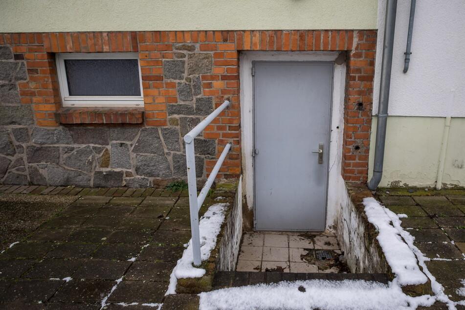 """Durch dieses Kellerfenster zwängten sich die Einbrecher in den """"Fuchsbau"""", wurden dort von einer Überwachungskamera gefilmt"""