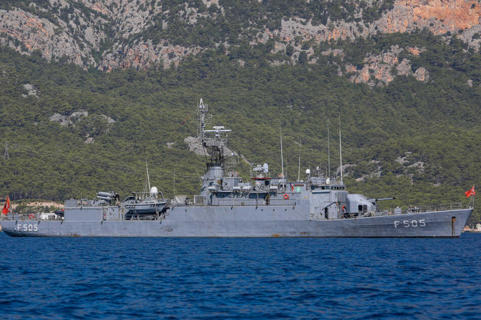 """Ein Militärschiff der türkischen Marine liegt vor Anker in der Nähe des türkischen Forschungsschiffs """"Oruc Reis"""" vor der Küste Antalyas im Mittelmeer."""