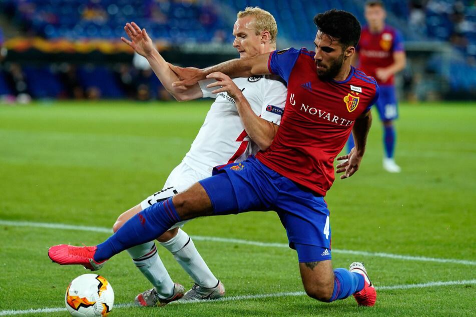 Hier kämpft Eray Cömert (r.) mit Frankfurts Sebastian Rode um den Ball. Der Schweizer Innenverteidiger und zwei seiner Teamkollegen vom FC Basel wurden positiv auf das Coronavirus getestet.