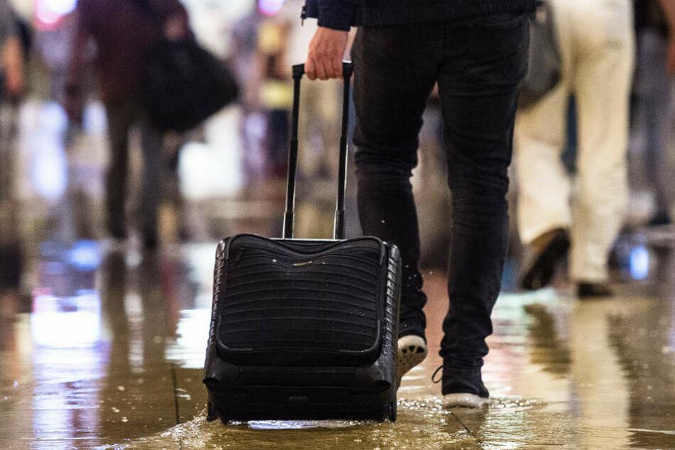 Der Mann (19) zog einen Koffer hinter sich her. Darin befand sich Diebesgut. (Symbolbild)