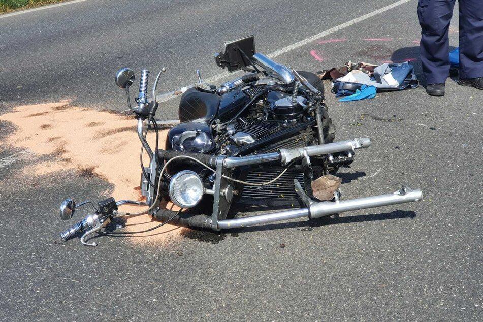 Motorräder kollidieren in Kurve: Vater, Kind und dritte Person schwer verletzt!