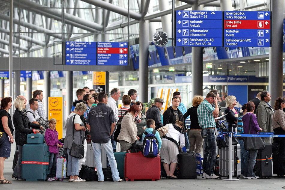 Ab Montag können sich Rückkehrer am Flughafen Halle/ Leipzig freiwillig testen lassen. (Symbolbild)
