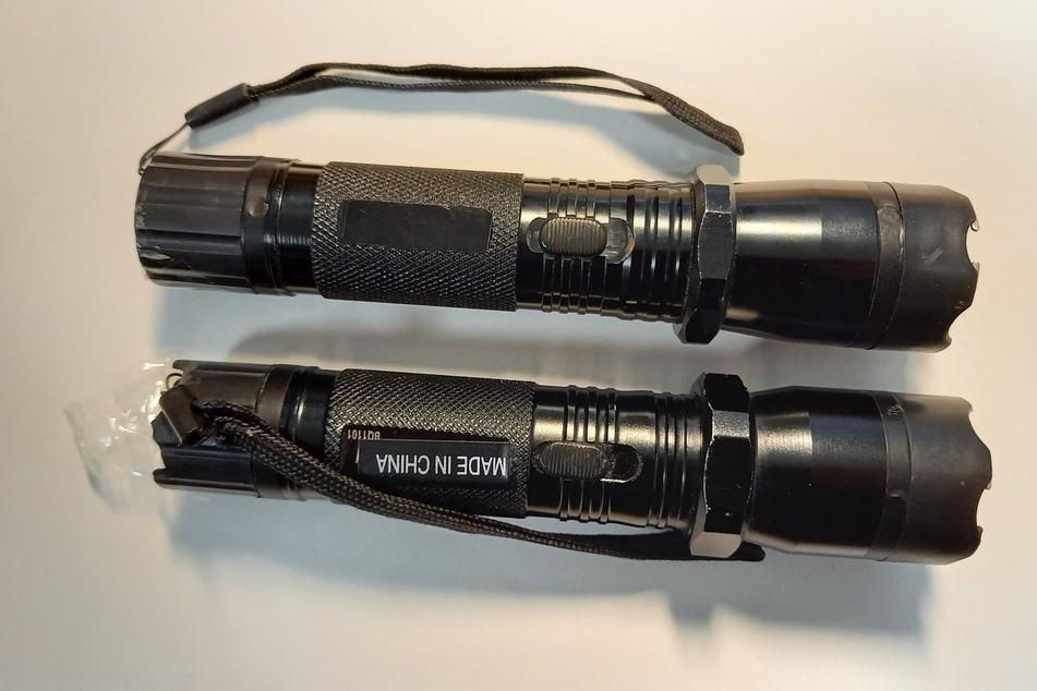 Diese als Elektroschocker getarnte Taschenlampen entdeckten Zollbeamte im Koffer eines Reisenden (58) am Flughafen Köln/Bonn.