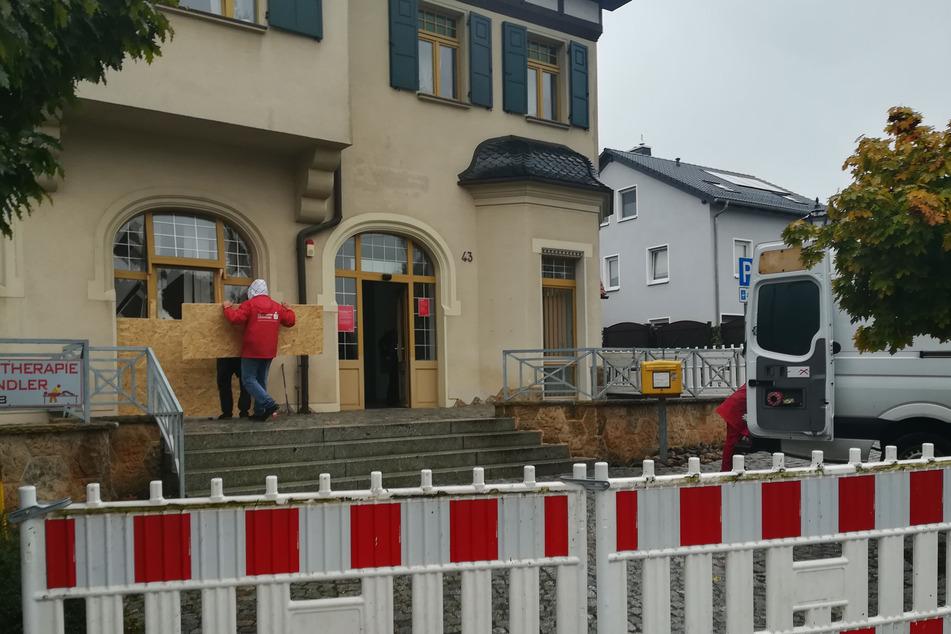 In dieser Sparkassen-Filiale im Limbacher Ortsteil Kändler knallte es in der Nacht auf Mittwoch. Unbekannte hatten einen Geldautomaten in die Luft gejagt.
