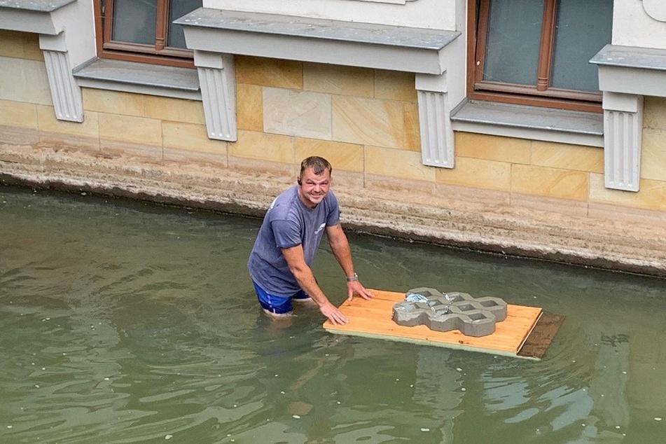 Stephan Lademann (43) mit der ersten Enten-Raststätte.