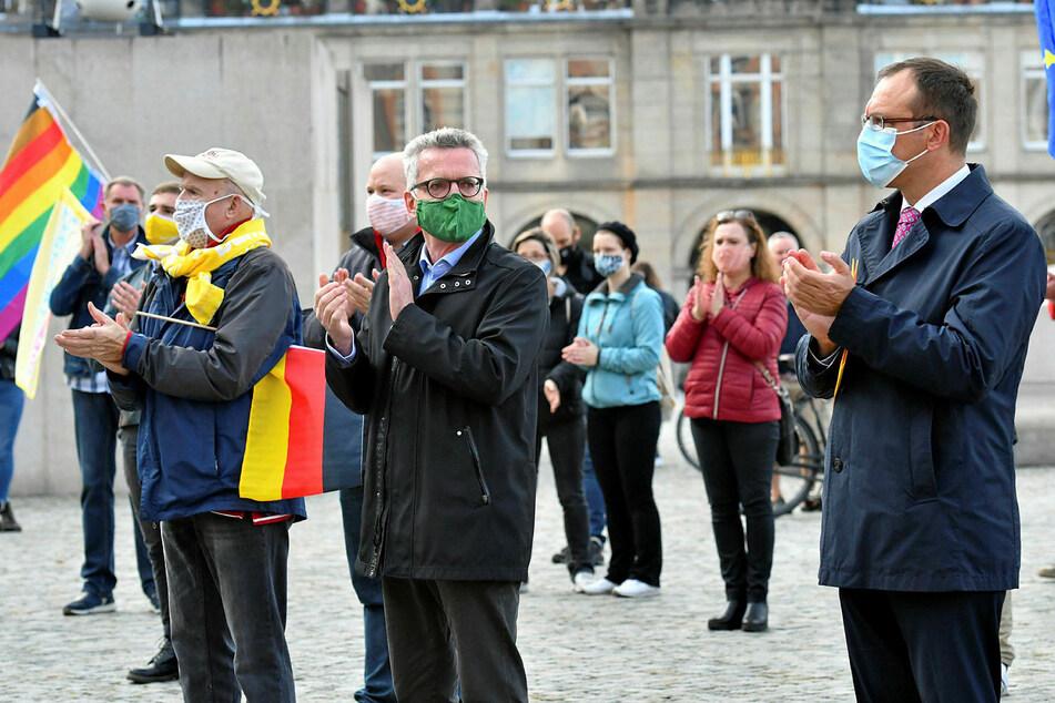 Der ehemalige Bundesinnenminister Thomas de Maizière (66, grüne Maske) sprach auf dem Altmarkt.