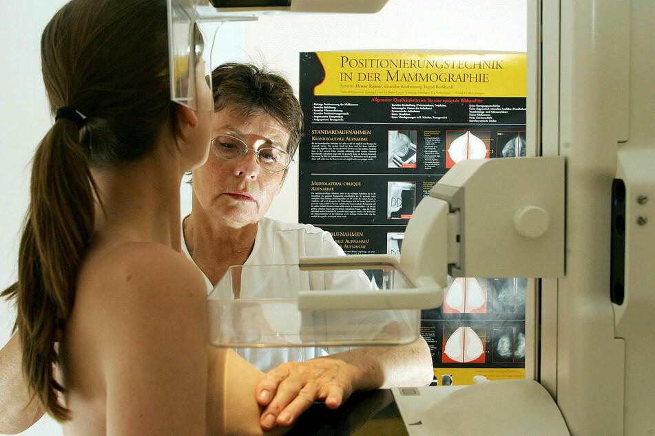 Eine Frau lässt sich bei einer Mammographie auf Brustkrebs untersuchen. Das Screening gilt als eine der wichtigsten Vorsorgeuntersuchungen überhaupt.