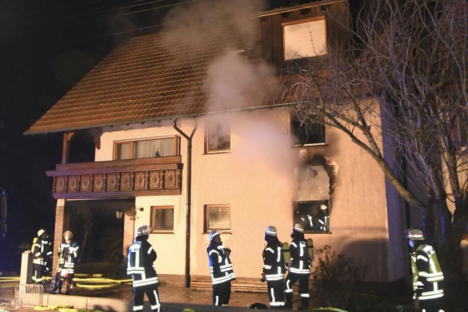 Wohnhaus brennt: 60-Jährige schwer verletzt