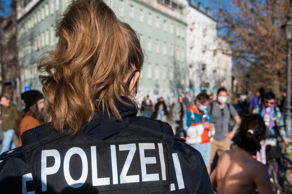 An der Admiralsbrücke am Landwehrkanal in Kreuzberg fordert eine Polizistin die Menschen auf, eine Maske zu tragen, oder zu gehen.