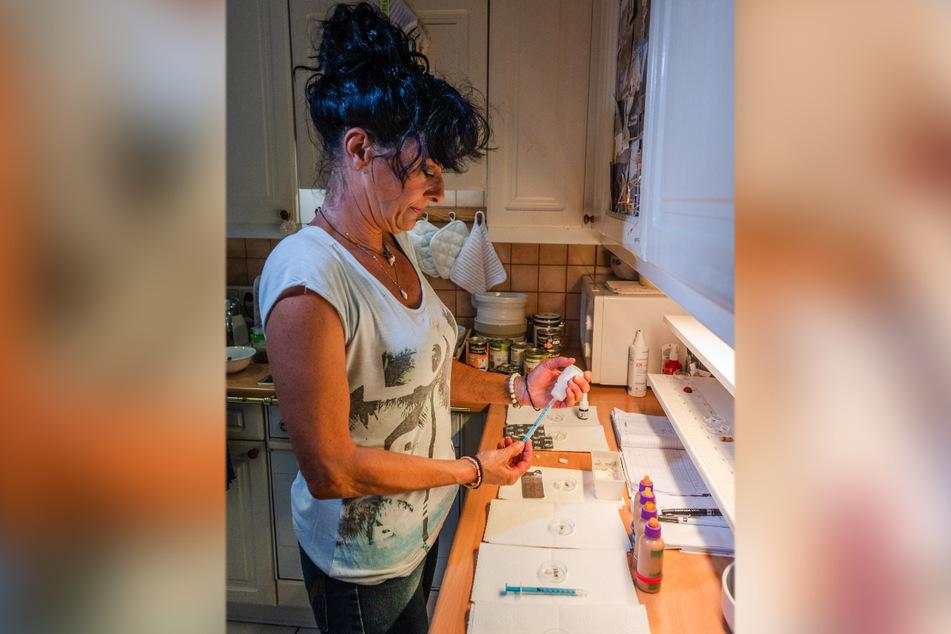 Die tägliche Medizin für die kranken Hunde und Katzen bereitet Annette Baum in der Küche vor.